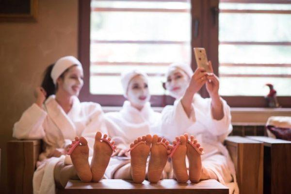 la sposa con le sue amiche alla spa